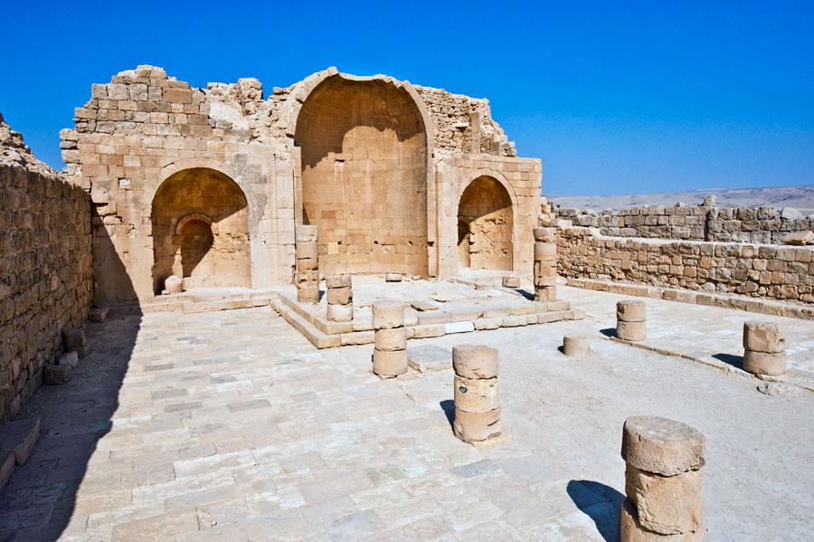 Überreste der ehemaligen Nabatäerstadt Shivta mitten in der Wüste. (© Matthias Hinrichsen)
