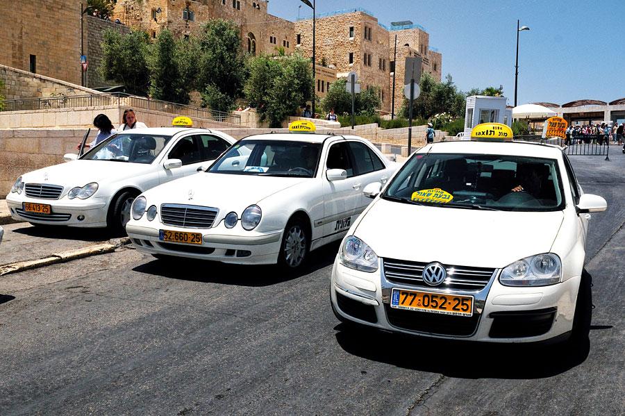 Taxi in Israel sind gut an der weißen Farbe und dem Taxi-Schild zu erkennen. (© Matthias Hinrichsen)