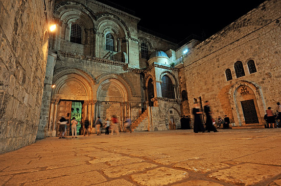 Die Grabeskirche in Jerusalem kurz vor der Schließung. (© Matthias Hinrichsen)