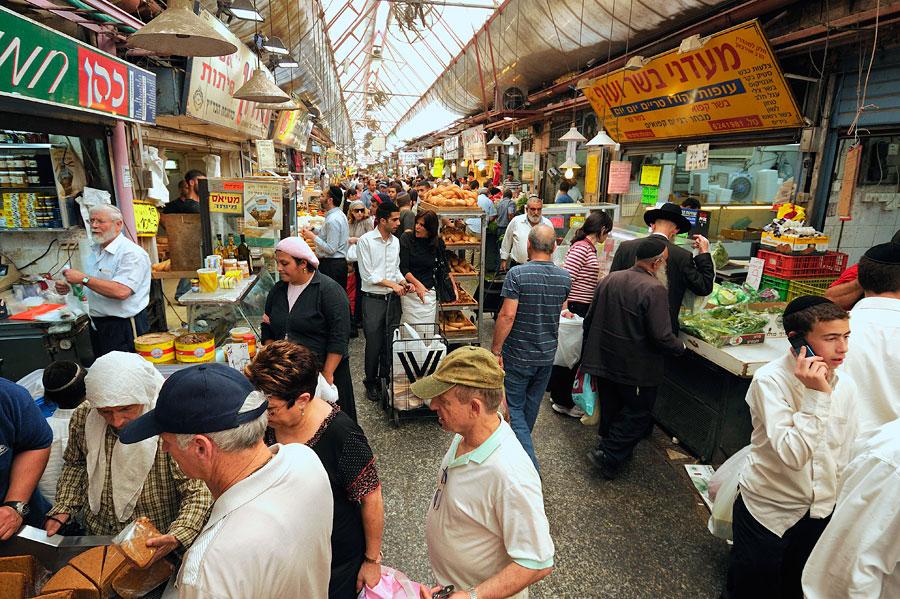 Der überdachte Teil des Mahane Yehuda Marktes in Jerusalem ist ein Sinneserlebnis für Ohren, Augen, Nase und Gaumen. (© Matthias Hinrichsen)
