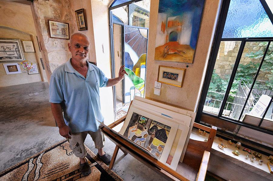 Boris Luchanski, einer der bekannten Künstler Israels, in seinem Atelier in Safed. (© Matthias Hinrichsen)