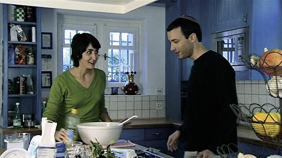 Auswahl hat sie nur gerade ein paar Dutzend. Um die Sache noch schwieriger zu machen, lädt sie die Kandidaten ein, um die Challa, den traditionellen Zopf, der von orthodoxen Juden am Freitagabend gegessen wird, zu backen. Und während die Brote im Ofen backen, zeigt der Film drei Familienportraits, die beeindruckend offene Einblicke in das jüdische Liebesleben gewähren - von Internet-Verkupplungsseiten über koschere Liebesgeschichten bis zum Geheimnis unter der Frauenperücke. (Foto: ZDF und SF, Gabrielle Antosiewicz; Frenetic Films)