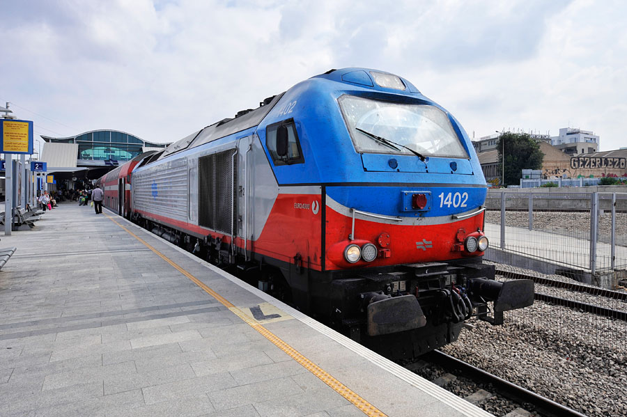 Personenzug im Bahnhof Tel Aviv-Hashalom mit EURO 4000 und Doppelstockwagen. (© Matthias Hinrichsen)