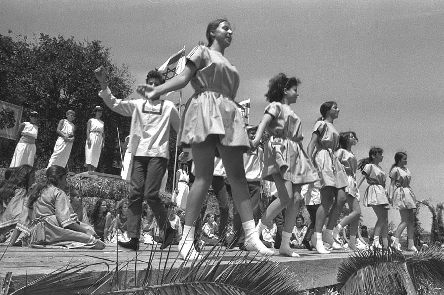 So wurde 1970 tanzend Shavuot gefeiert. (© GPO)