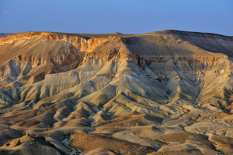 Die ersten Sonnenstrahlen des Tages verwandeln die erodierten Felsformationen in eine traumhafte Landschaft. (© Matthias Hinrichsen)