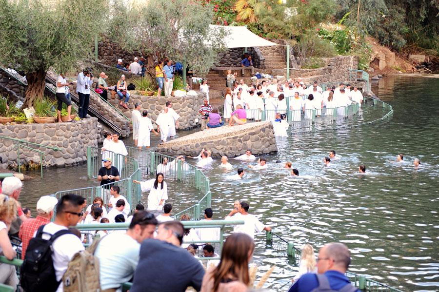 Bei Yardenit lassen sich täglich Gläubige im Jordan taufen. (© Matthias Hinrichsen)