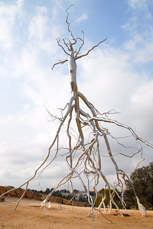 Die Skulptur &quot;Inversion&quot; von Roxy Paine ist mit 42 Meter Hhe weithin sichtbar. (Foto: Courtesy of the Israel Museum, Jerusalem)