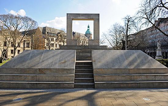 Das Holocaust-Mahnmal am Opernplatz in Hannover wurde am vergangenen Samstag von Unbekannten beschmiert. (© Matthias Hinrichsen)
