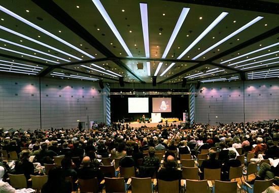 Der große Saal konnte sämtliche Besucher mühelos aufnehmen. (© IsraelMagazin)