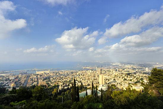 Haifa von den Ausläufern des Karmelgebirges aus betrachtet. (© Matthias Hinrichsen)