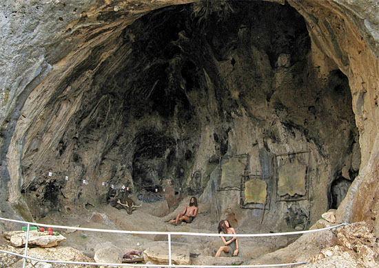 Eine Höhle aus prähistorischer Zeit im Nahal Me'arot, das jetzt zum UNESCO Weltkulturerbe ernannt wurde. (© INPA)