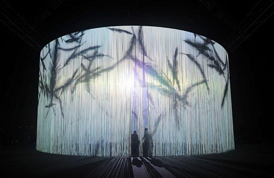 5.600 Silizium-Stäbe sind in acht Metern Höhe aufgehängt und bilden eine transparente Leinwand. (© Israel Museum)