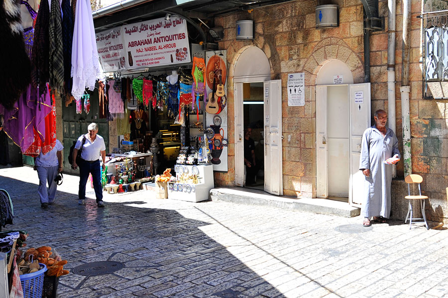 Eine öffentliche Toilette ist für Ortsunkundige meist schwer zu finden. Diese ist in der Jerusalemer Altstadt im arabischen Viertel. (© Matthias Hinrichsen)