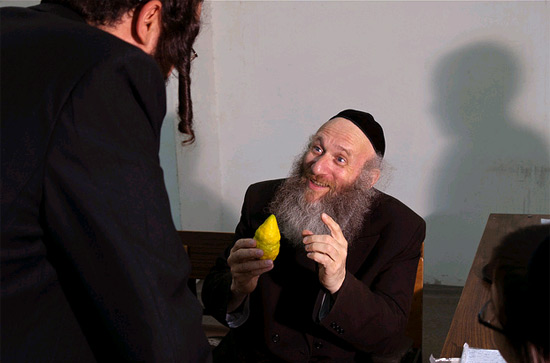 Rabbiner mit Etrog. (© flavio~/flickr CC BY 2.0)