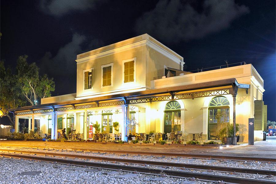"""Das historische Bahnhofsgebäude ist die zentrale """"Schönheit"""" auf dem Gelände von HaTachana. (© Matthias Hinrichsen)"""
