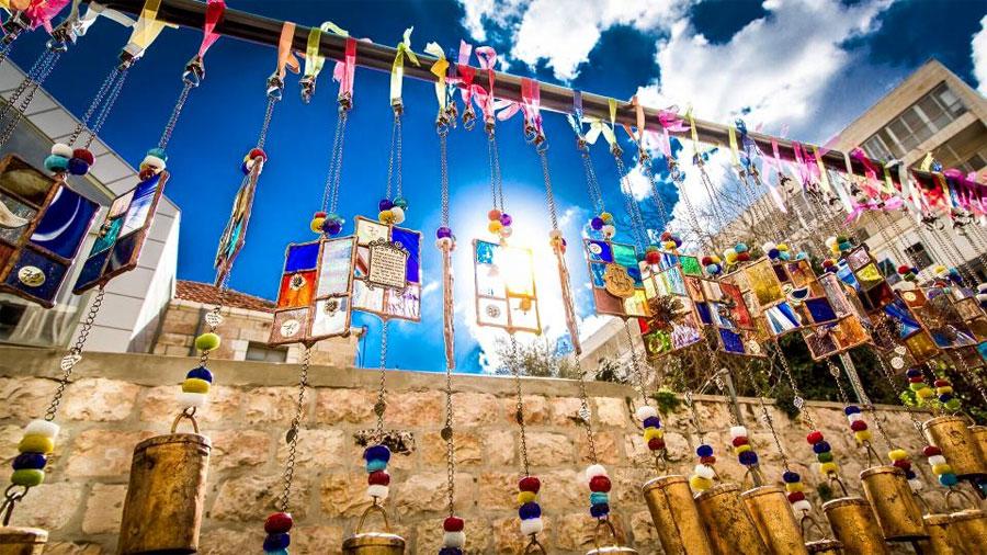 Jeden Freitag von Februar bis Mitte Juli treffen sich Künstler und Käufer auf dem Bezalel Künstlermarkt in Jerusalem. (© Bezalel Fair)