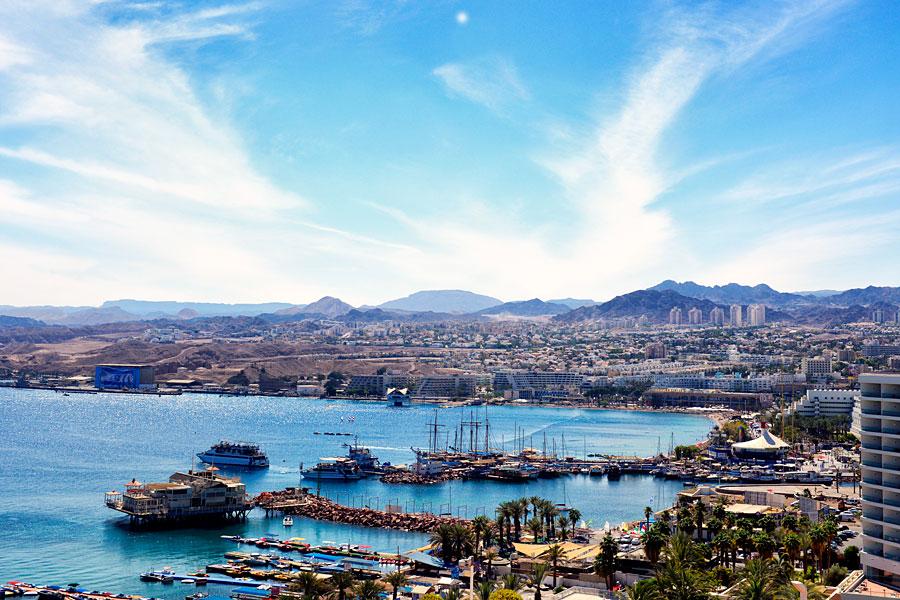 Eilat am Roten Meer ist traumhaft schön am Roten Meer gelegen, dahinter erheben sich Edom Berge, die zum Wandern einladen. (© Matthias Hinrichsen)