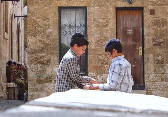 Kinder im jüdischen Altstadtviertel von Jerusalem. (© Matthias Hinrichsen)