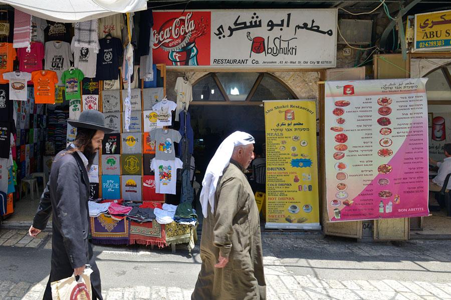 Zwischen all den anderen bunten Läden kann man das Abu Shukri schon mal übersehen. (© Matthias Hinrichsen)
