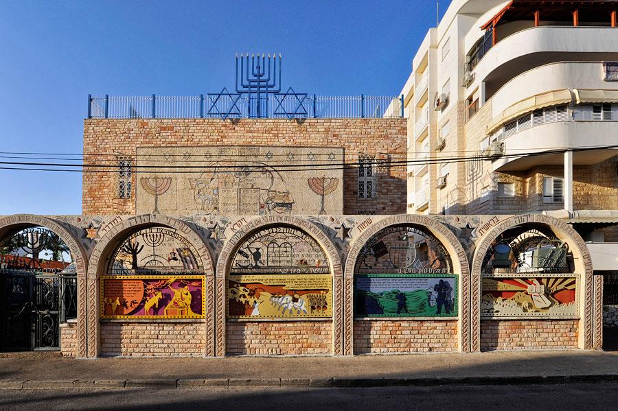 Von außen ist die Tunesische Synagoge La Dschariba flächendeckend mit Mosaiken verkleidet. (© Matthias Hinrichsen)