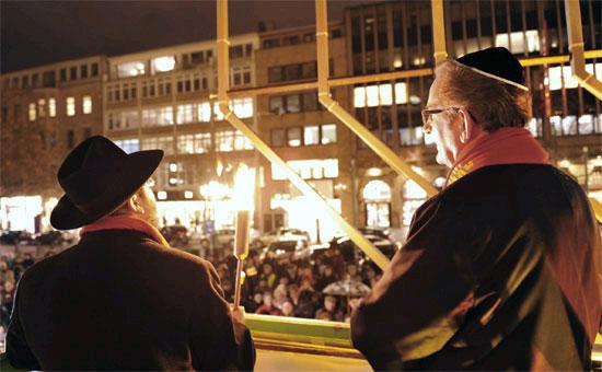 Entzünden einer Kerze des 6 Meter hohen Chanukka-Leuchters in Hannover. (© Matthias Hinrichsen)