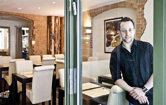 Yorai Feinberg bietet in seinem kleinen, feinen Restaurant äußerst schmackhafte typisch israelische Gerichte an. (© Restaurant Feinberg's)