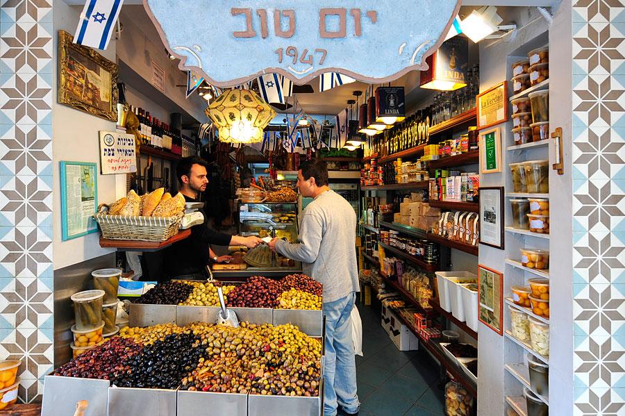 Dieser Feinkostladen wird in dritter Generation geführt und bietet exzellente Oliven an. (© Matthias Hinrichsen)