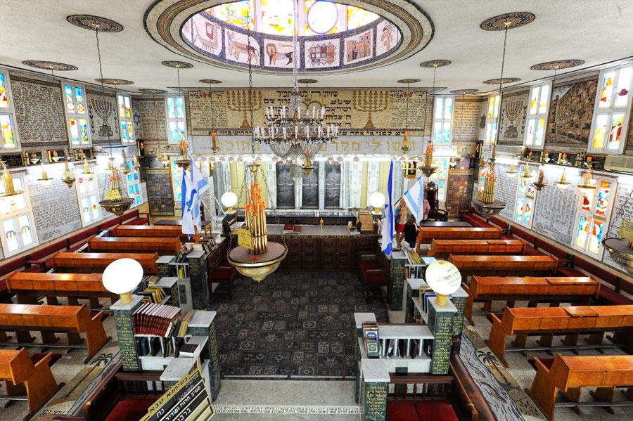 In der tunesischen Synagoge La Dschariba sind Wände und Fenster von unvergleichbarer Farbenpracht und Schönheit. (© Matthias Hinrichsen)