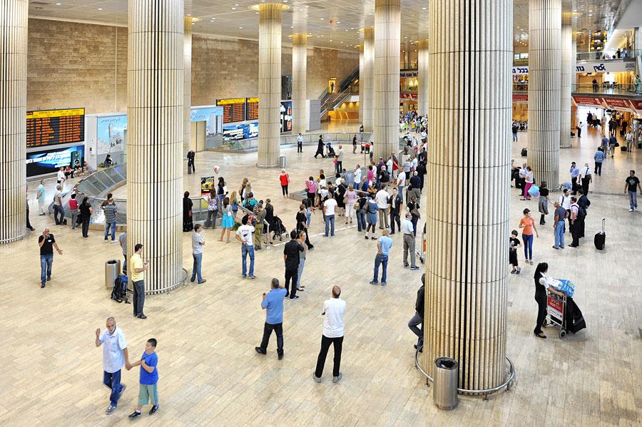 Von der Ankunftshalle des Flughafen Ben Gurion kann man mit Bahn, Bus, Kleinbus oder Auto weiter ins Land reisen. (© Matthias Hinrichsen)