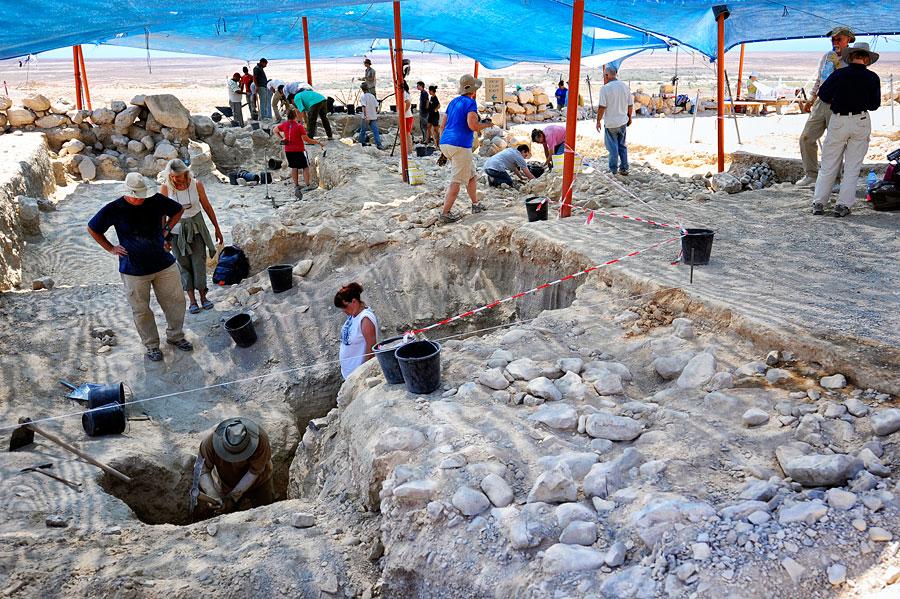 Ausgrabungen mit Volontären in der ehemaligen Siedlung in Qumran. (© Matthias Hinrichsen)