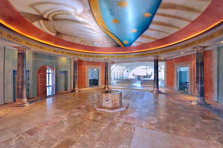 Kunstvoller Vorraum im Magdala Center. (© Matthias Hinrichsen)