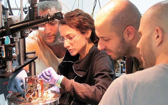 Dr. Barak Dayan (2. v. r.) mit seinen Wissenschaftskollegen bei der Arbeit. (© Weizmann Institut)