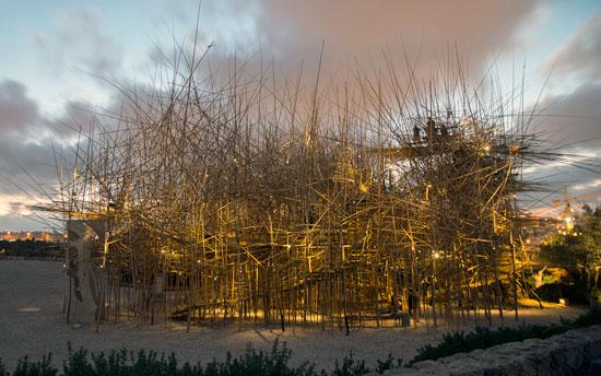 In den Abendstunden wird Big Bambú erleuchtet und wirkt nochmals anders als am Tag. (© Elie Posner/Israel Museum)