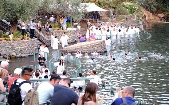 Tausende Christen erfüllen sich jedes Jahr einen Wunschtraum: die Taufe im Jordan nach biblischem Vorbild. (© IsraelMagazin/Matthias Hinrichsen