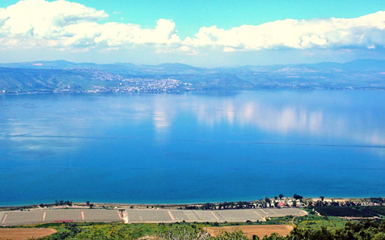 Das Blau des Sees Genezareth hat es dem Autoren besonders angetan. (© Widu Wittekindt)