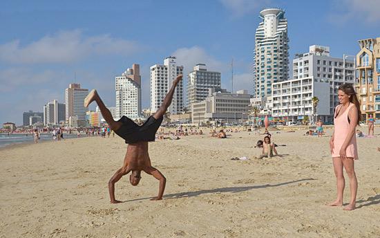 Die Menschen am Strand von Tel Aviv genießen das Leben. Bei 14 Kilometer Länge ist für alle Aktivitäten Platz.