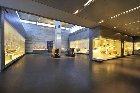 Die Ausstellungsräume sind großzügig gestaltet. (© Matthias Hinrichsen)