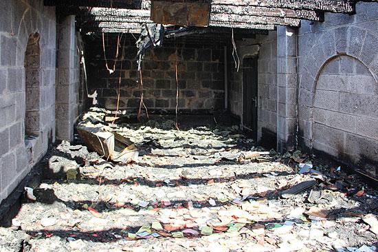 Das zerstörte Atrium: Die Klosterpforte und der Diwan sind bis auf die Grundmauern niedergebrannt.  (© Dormitio Abtei)