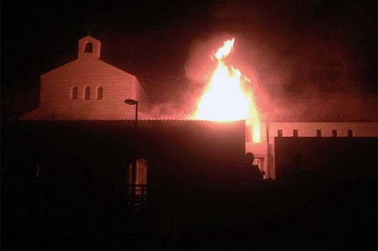 Meterhohe Flammen schlagen in der Nacht aus dem Atrium. (© Dormitio Abtei)
