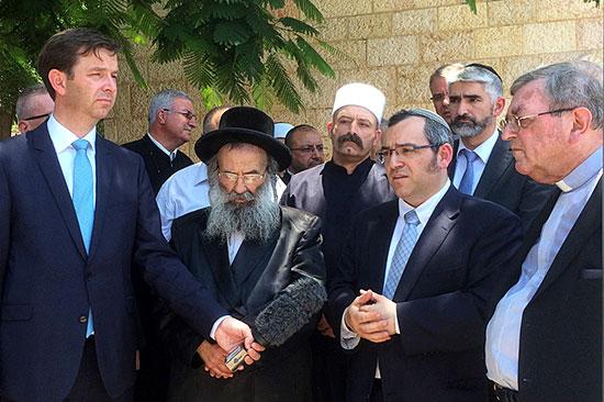 Kurz nach dem Anschlag kamen auch Rabbiner nach Tabgha, um ihre Bestürzung zum Ausdruck zu bringen.  (© Dormitio Abtei)