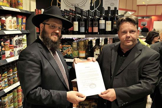 Es gibt sehr viele positive Beispiele, wie hier eine Kooperation zwischen Juden und einem nicht-jüdischen Lebensmittelhändler in Berlin - von Antisemitismus keine Spur. (© Matthias Hinrichsen)