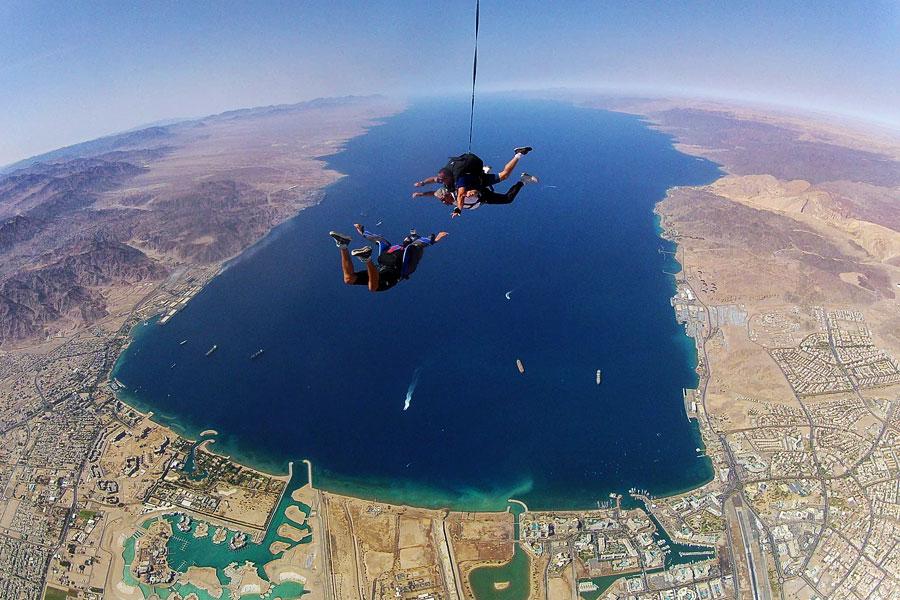 Im freien Fall über dem Toten Meer, kurz bevor sich der Fallschirm öffnet. Eine spektakuläre Aussicht und ein einmaliges Erlebnis. (© skydive.co.il)