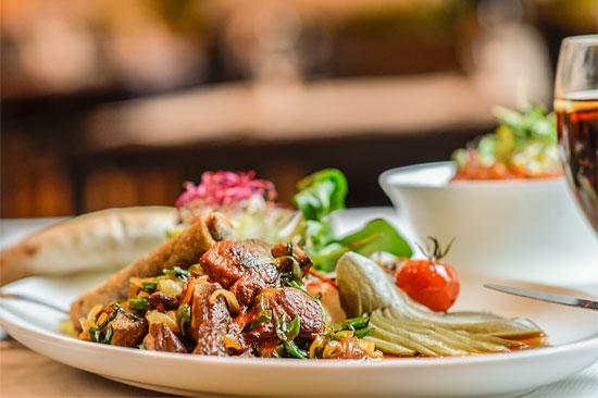 """Spezialitäten aus der jüdischen Küche gibt es einmal im Monat auch als koscheres  Brunch-Vergnügen. (© Restaurant """"Einstein"""")"""