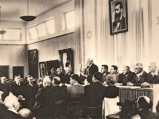 David Ben-Gurion bei der Verlesung der Unabhängigkeitserklärung 1948. (©  GPO)