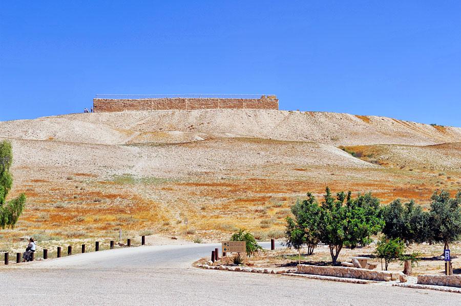 Markant und imposant erhebt sich das Tel Arad. (© Matthias Hinrichsen)