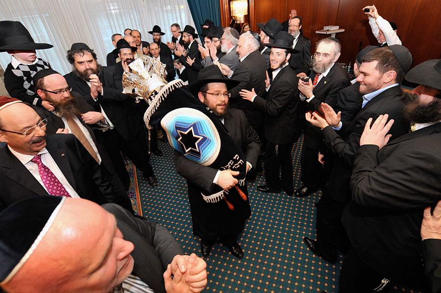Einweihung einer neuen Tora in einer jüdischen Gemeinde. (© Matthias Hinrichsen)