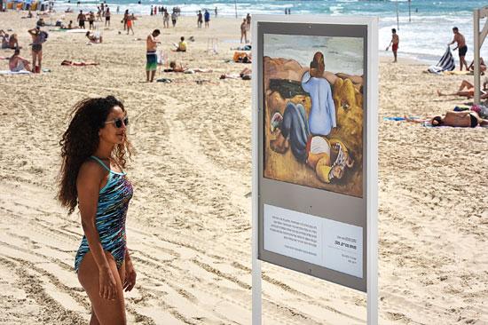 Am Strand von Tel Aviv werden im Juni verschiedene Meisterwerke der Malerei auf Schautafeln präsentiert. (© Tel Aviv/Kfir Sivan)