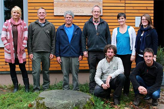 Shaul Goldstein und Amit Dolev aus Israel (2./3. v.l.) mit Mitarbeiterinnen und Mitarbeitern des Nationalparks und Nationalparkleiter Thomas Waldenspuhl (4. v.l.). (© Daniel Müller/Nationalpark Schwarzwald)