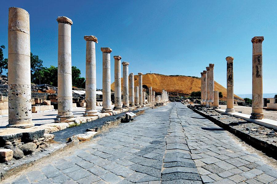 Bet Shean Hauptstraße mit monumentalen Säulen, im Hintergrund das sich erhebende Tel. (© Matthias Hinrichsen)