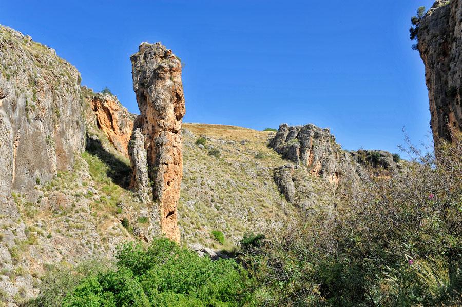 30 Meter hoch ist die Säule im Amud Naturreservat. (© Matthias Hinrichsen)
